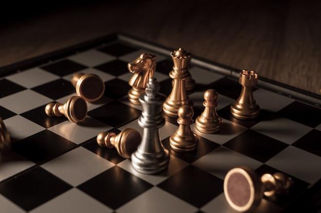 Close-up tiro xadrez no jogo de tabuleiro com humor escuro e conceito de competição de processo de tom Foto Premium