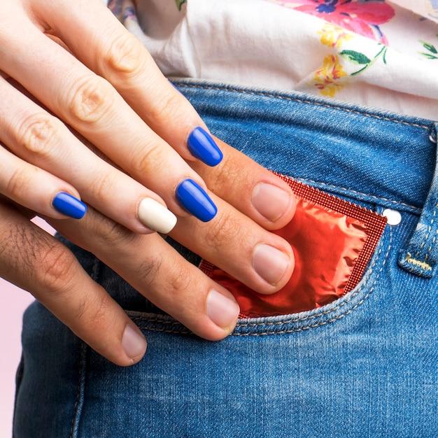 Close-up, vermelho, embrulhado, preservativo, em, um, bolso Foto gratuita