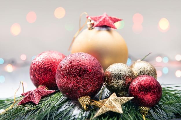 Close-up vista de bolas de natal coloridas Foto Premium