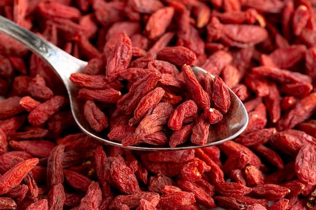 Close-up vista de frutas vermelhas secas Foto gratuita