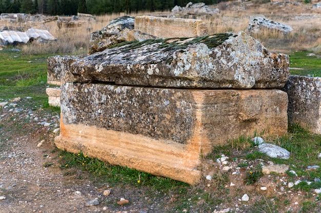 Close-up vista do sarcófago na necrópole de hierápolis, na turquia. foco seletivo Foto Premium