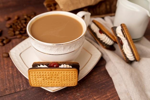 Close-up, xícara café, com, doces Foto gratuita