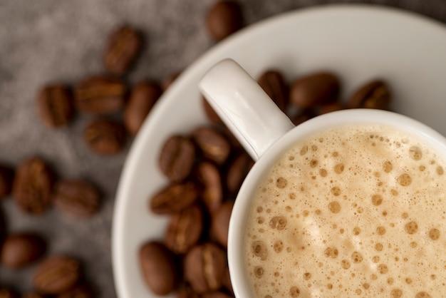 Close-up, xícara café, com, feijões roasted Foto gratuita