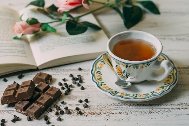 Close-up xícara de chá com chocolate Foto gratuita