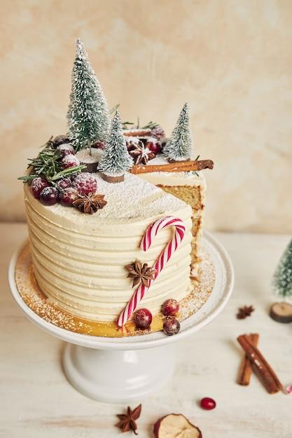 Close vertical de um bolo de natal sem uma fatia Foto gratuita