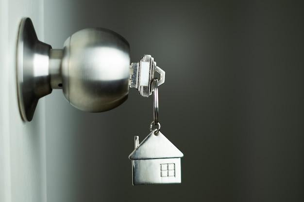 Closeup chave na porta Foto Premium