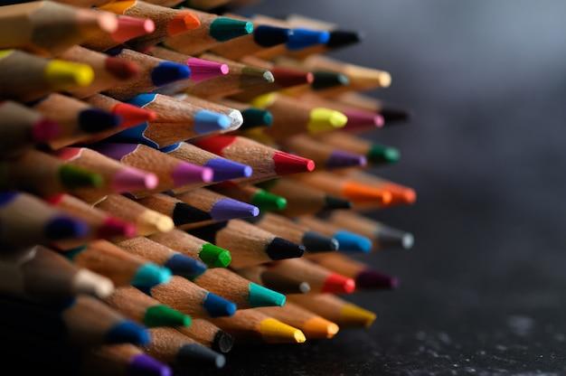 Closeup com um grupo de lápis de cor, foco selecionado, vermelho Foto gratuita