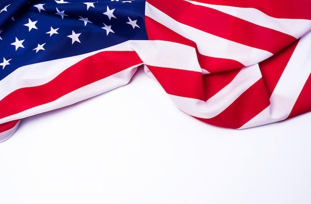 Closeup da bandeira americana em fundo branco. Foto Premium