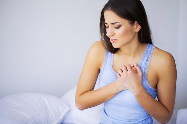 Closeup da bela jovem fêmea sentir dor coração Foto Premium