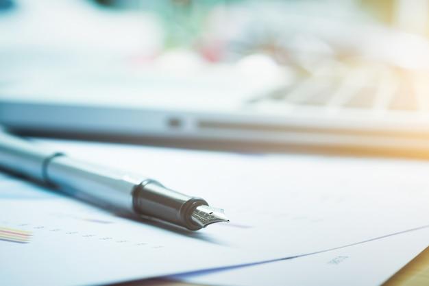 Closeup da caneta e do fundo em borrão. Foto gratuita