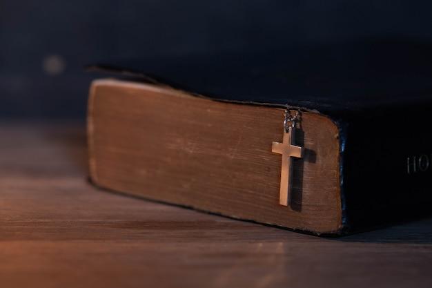 Closeup da cruz cristã de madeira Foto gratuita
