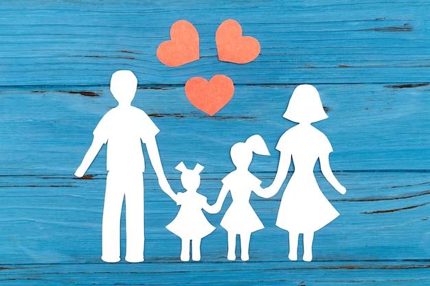 Closeup da família feliz papel na superfície azul Foto Premium