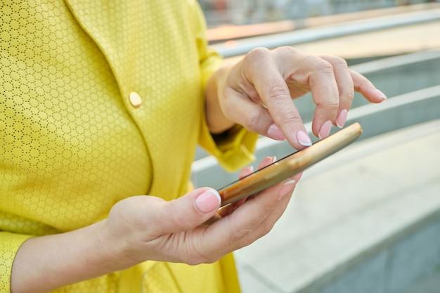 Closeup da mão da mulher com smartphone Foto Premium