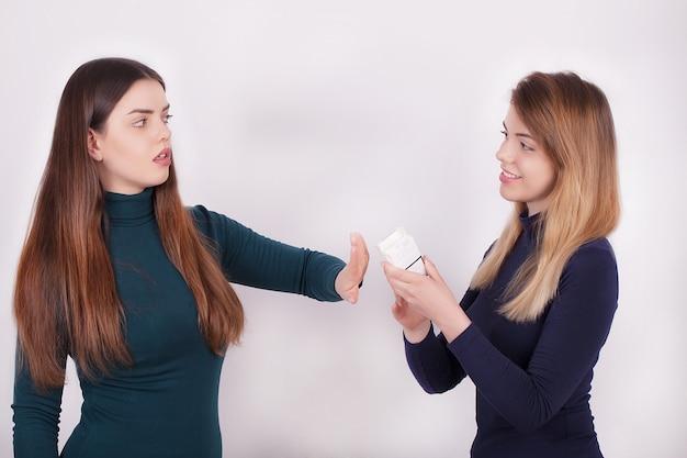 Closeup da mulher desistir de fumar cigarros Foto Premium