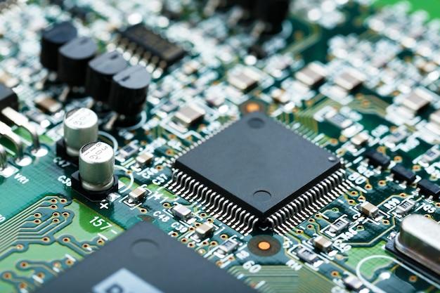 Closeup da placa de circuito eletrônico com cpu microchip componentes eletrônicos de fundo Foto gratuita