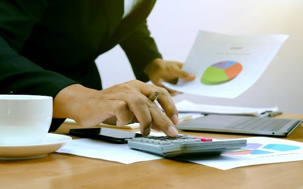 Closeup das mãos de empresários que estão pressionando calculadoras Foto Premium