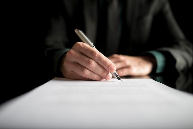 Closeup de advogado ou executivo assinando um contrato Foto Premium