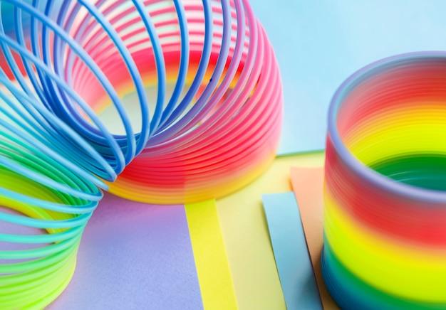 Closeup, de, arco íris, primavera, brinquedo, fundo Foto gratuita