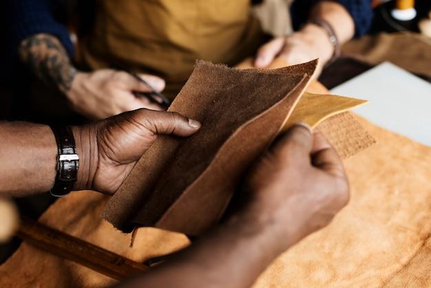 Closeup, de, artesão, segurando, couro, artesanato | Foto Premium