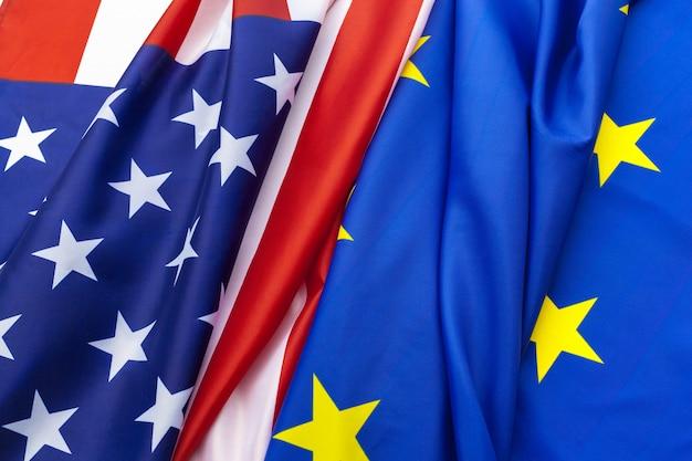 Closeup de bandeiras dos eua e da união europeia, deitado juntos na mesa Foto Premium