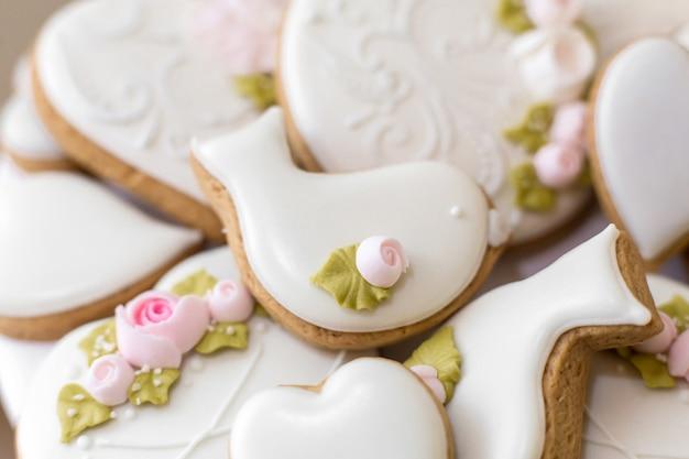 Closeup de biscoitos de gengibre em um esmalte branco, doces elegantes como uma decoração para as férias, Foto Premium