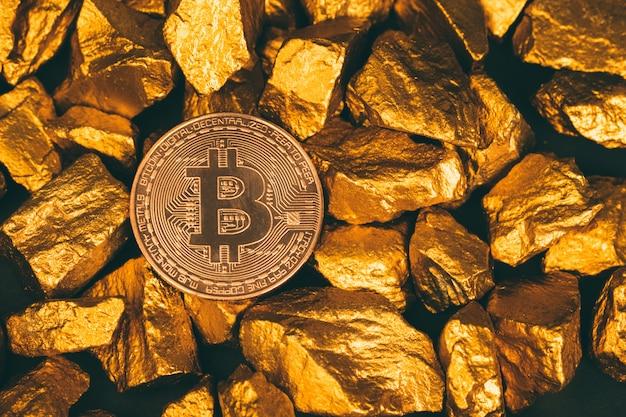 Closeup de bitcoin moeda digital e pepita de ouro ou minério de ouro sobre fundo preto, pedras preciosas ou pedaço de pedra dourada Foto Premium