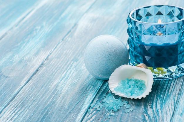 Closeup de bombas de banho com vela acesa azul Foto Premium