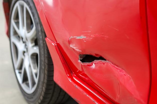 Closeup, de, buraco, acidente, em, a, lado, porta, de, a, carro vermelho Foto Premium