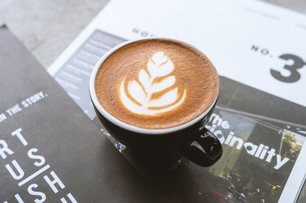 Closeup de café quente sobre revistas Foto Premium