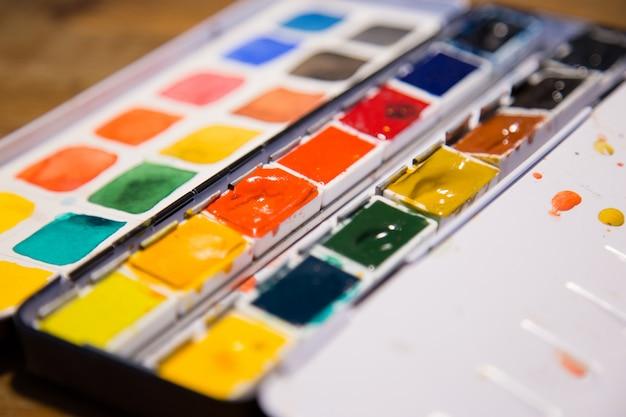 Closeup de caixas de tinta Foto gratuita
