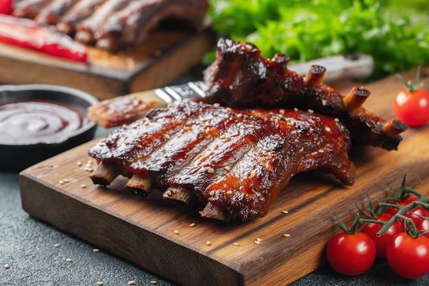 Closeup de costelas de porco grelhadas com molho de churrasco Foto Premium