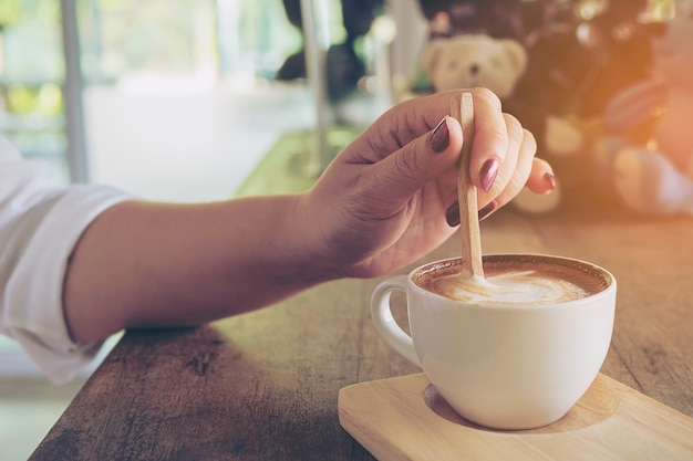 Closeup, de, dama, preparar, e, comer, xícara café quente Foto gratuita