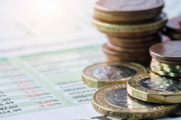 Closeup, de, empilhando, de, libra esterlina, moedas, ligado, taxa de câmbio, de, jornal Foto Premium