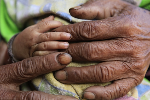Closeup de família amorosa de mãos dadas Foto Premium