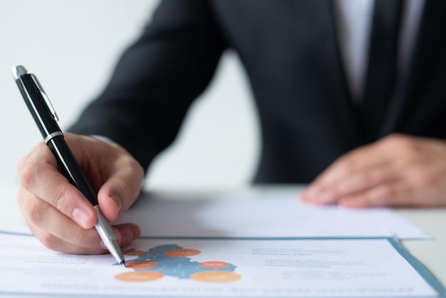 Closeup de homem de negócios, trabalhando com diagrama de mapa Foto gratuita
