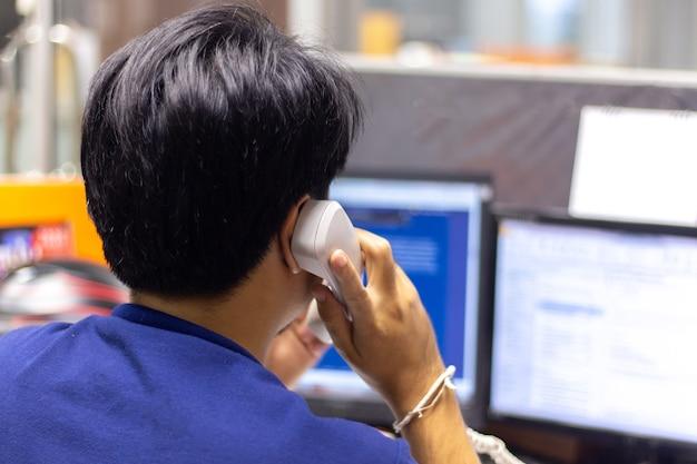 Closeup, de, homem negócios, turn-back, fazendo, um, telefonema chamar, ligado, landline, telefone Foto Premium