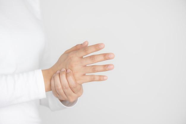 Closeup de jovem prende o pulso, lesão na mão, sentindo dor Foto Premium