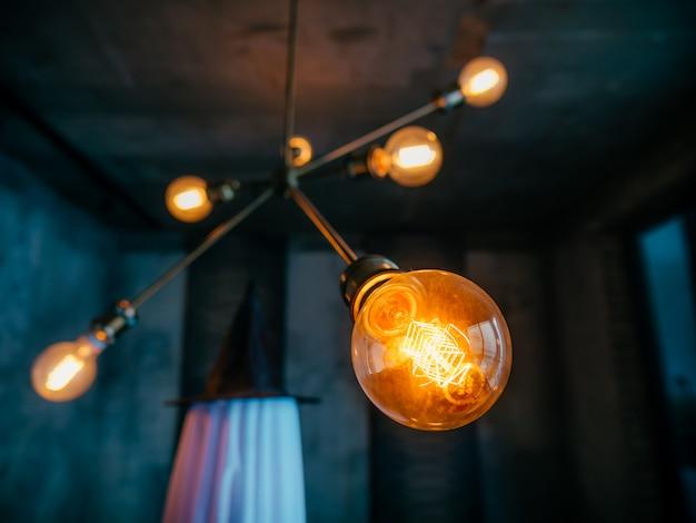 Closeup de lâmpada com lâmpadas na parede azul escuro Foto Premium