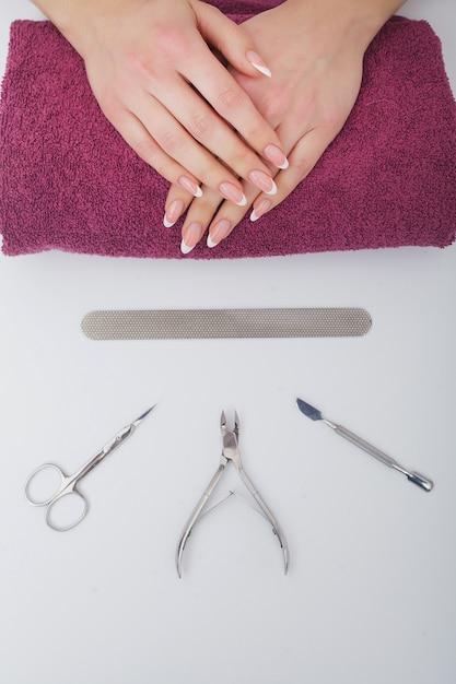 Closeup de lindas mãos femininas tendo spa manicure no salão de beleza Foto Premium