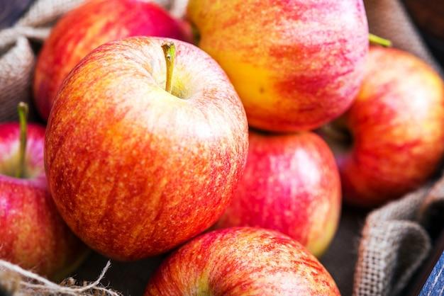 Closeup de maçãs vermelhas frescas Foto gratuita