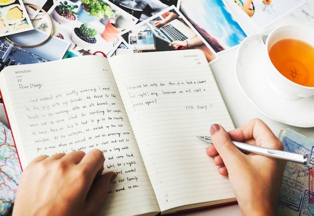 Closeup, de, mãos, escrita um diário Foto gratuita