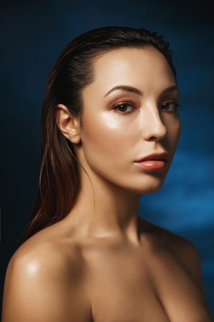 Closeup de mulher bonita com moda maquiagem, olhando em linha reta. Foto gratuita