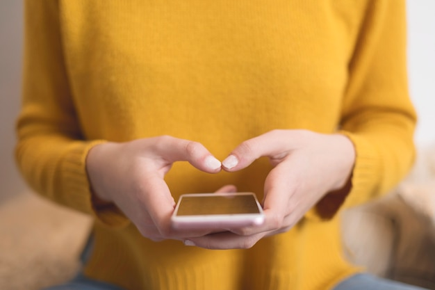 Closeup, de, mulher, texting, com, smartphone Foto Premium