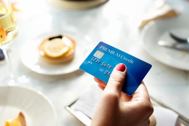 Closeup, de, passe segurar, cartão crédito Foto Premium