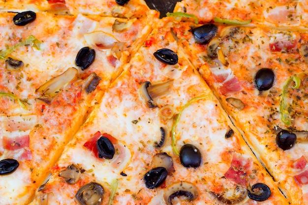 Closeup de pizza com queijo de tomate de azeitonas Foto Premium