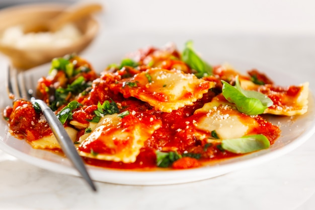 Closeup de saboroso ravioli italiano Foto gratuita