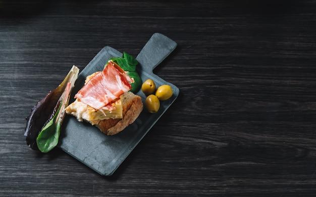 Closeup, de, um, prato, com, algum, típico, espanhol, pincho, de, tortilha, e, pincho, de, jamon Foto Premium