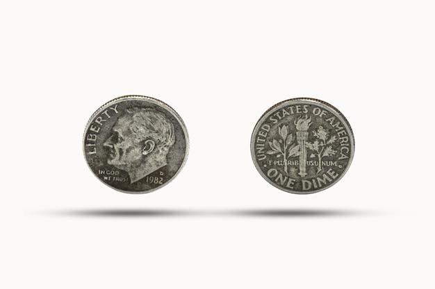 Closeup de uma moeda de dez centavos com sombra no fundo branco Foto Premium