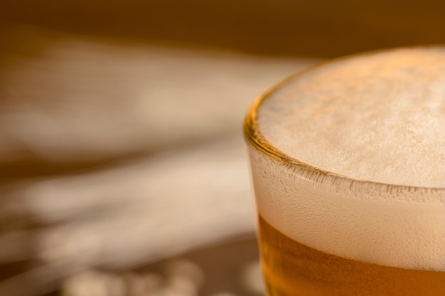 Closeup espuma de cerveja em vidro Foto gratuita