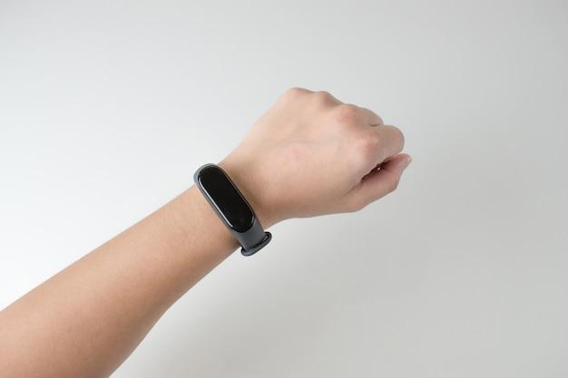 Closeup fotos de mulheres vestindo relógios inteligentes digitais Foto Premium